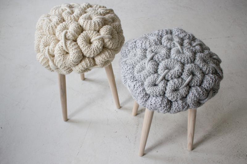 Tabourets couverts de tricot - Anne-Claire O'Brien