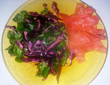 Salade d'hiver au choux rouge, mâche et saumon fumé